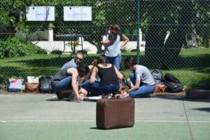 groupe de réfléxion sur un terrain de basket